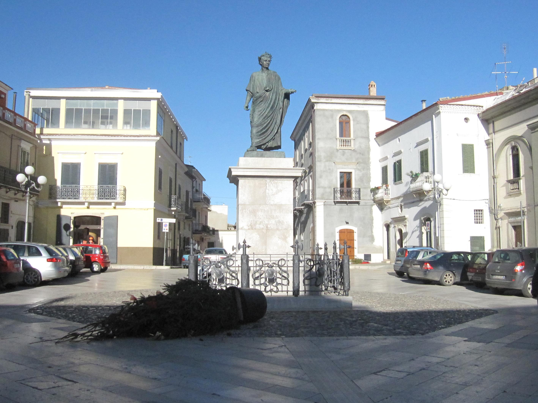 Aere perennius Standbeeld van Horatius in Venosa met omgewaaide kerstboom